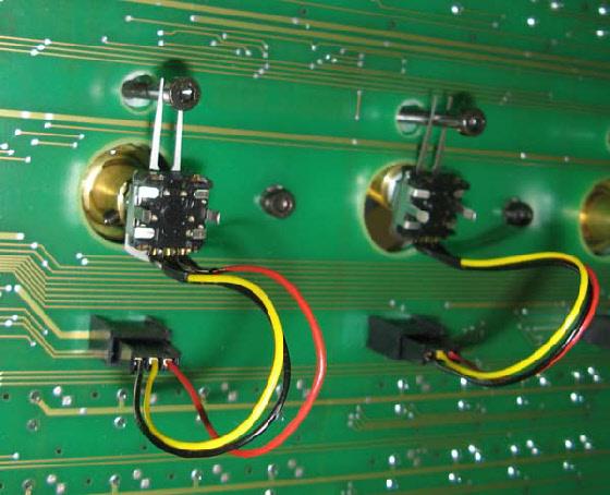 Encoder von unten … keine Kraft wirkt auf die Platine, mit Steckverbinder schnell zum Austausch.
